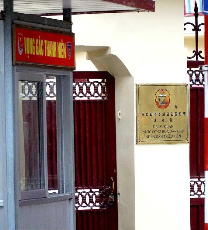 Nhiều phóng viên nước ngoài hiện diện bên ngoài Đại sứ quán Triều Tiên - Ảnh 9.
