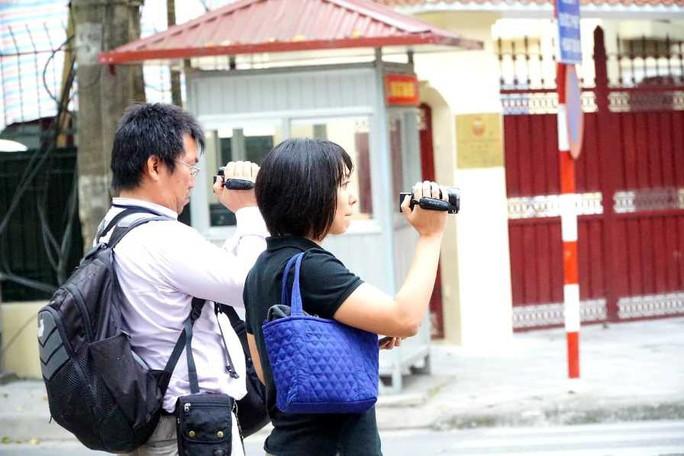 Nhiều phóng viên nước ngoài hiện diện bên ngoài Đại sứ quán Triều Tiên - Ảnh 11.