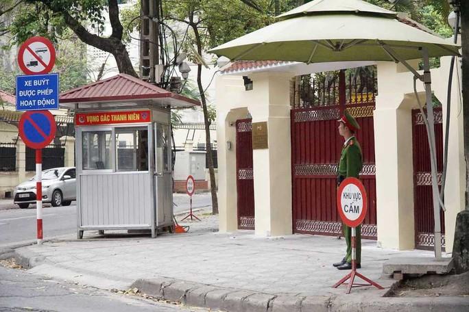 Nhiều phóng viên nước ngoài hiện diện bên ngoài Đại sứ quán Triều Tiên - Ảnh 12.