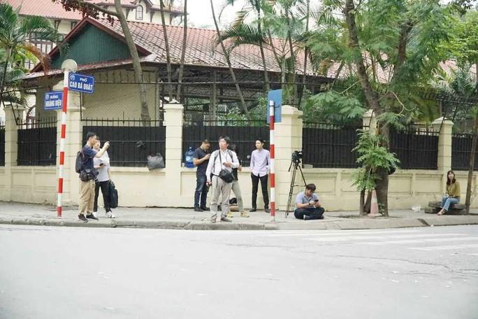 Nhiều phóng viên nước ngoài hiện diện bên ngoài Đại sứ quán Triều Tiên - Ảnh 3.