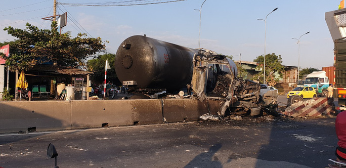 Xe bồn chở gas nổ vỏ, phát cháy trên đường - Ảnh 1.