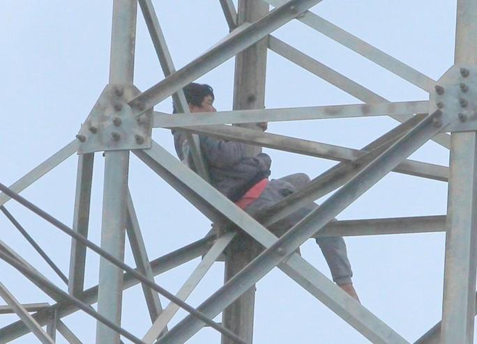 Người đàn ông ngáo đá cố thủ 36 giờ ở độ cao 40 m trên cột điện cao thế - Ảnh 2.