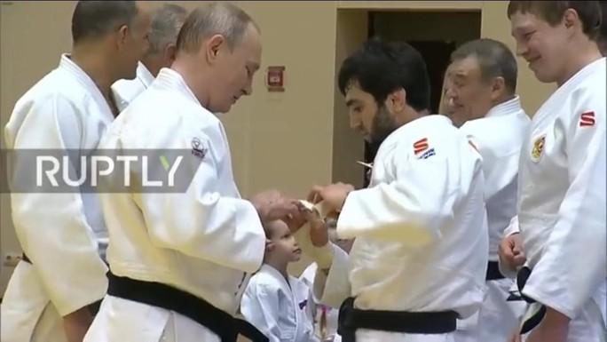 Chân dung nữ võ sĩ Judo hạ đo ván ông Putin  - Ảnh 7.