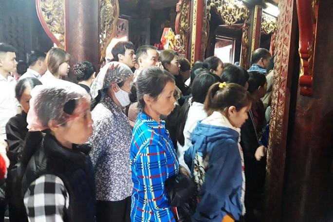 Biển người đội mưa dâng hương trước lễ khai ấn đền Trần - Ảnh 13.