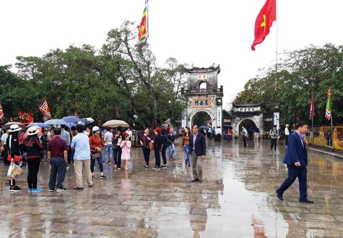 Biển người đội mưa dâng hương trước lễ khai ấn đền Trần - Ảnh 1.
