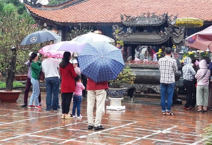 Biển người đội mưa dâng hương trước lễ khai ấn đền Trần - Ảnh 10.