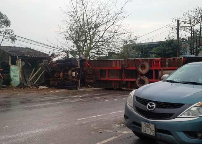 Xe container gây tai nạn liên hoàn nghiêm trọng, 4 người thương vong - Ảnh 1.