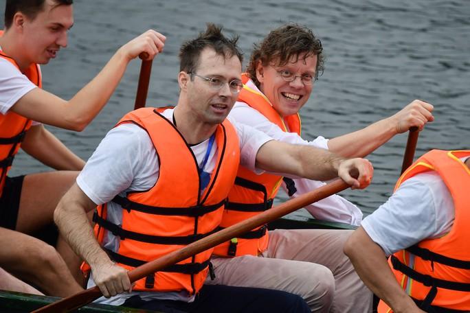 Đại sứ Anh, Thụy Điển thi bơi thuyền rồng ở Hồ Tây - Ảnh 1.