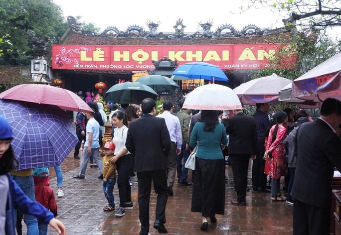 Biển người đội mưa dâng hương trước lễ khai ấn đền Trần - Ảnh 6.