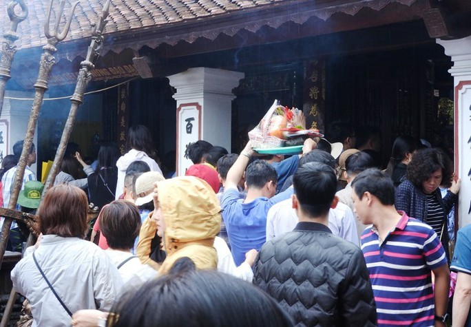 Biển người đội mưa dâng hương trước lễ khai ấn đền Trần - Ảnh 3.