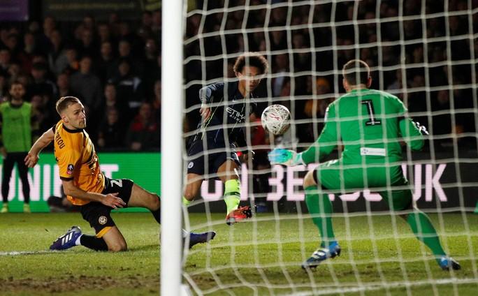 Thủ môn vỡ mũi sau cú sút khủng khiếp của Leroy Sane ở FA Cup - Ảnh 4.
