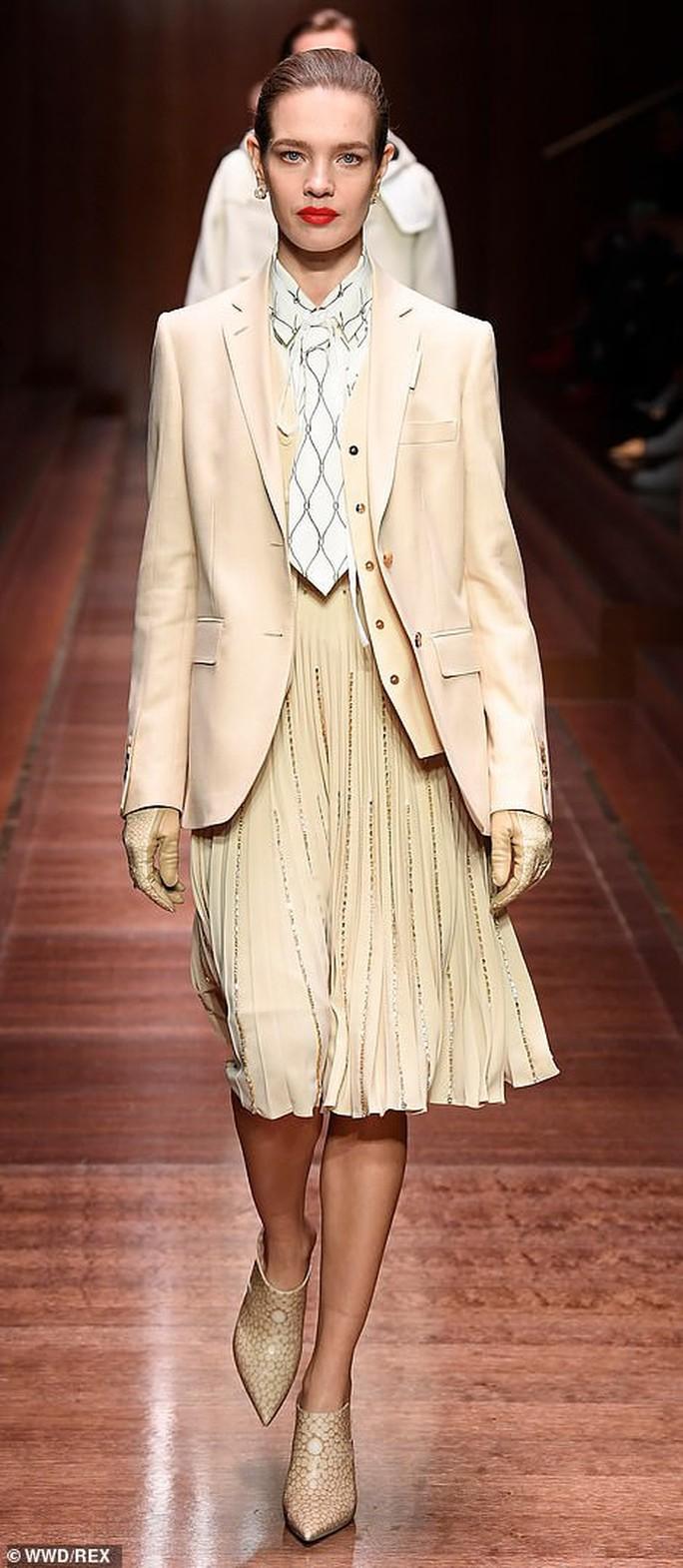 Siêu mẫu Gigi Hadid với kiểu tóc lạ trên sàn diễn London - Ảnh 6.