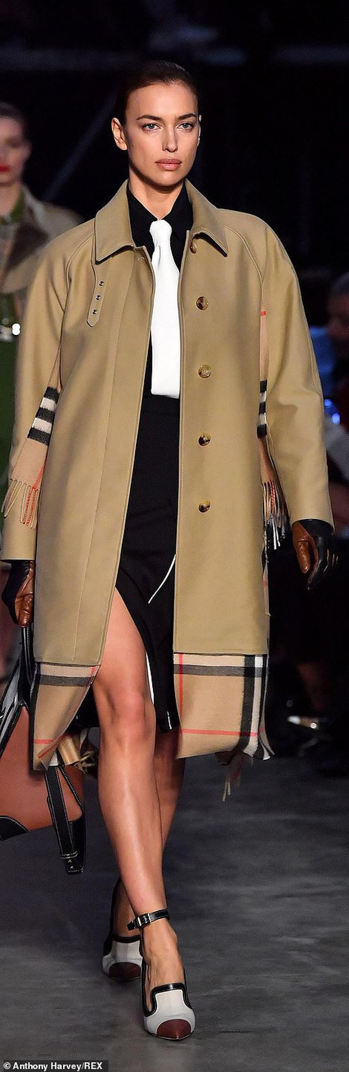 Siêu mẫu Gigi Hadid với kiểu tóc lạ trên sàn diễn London - Ảnh 4.