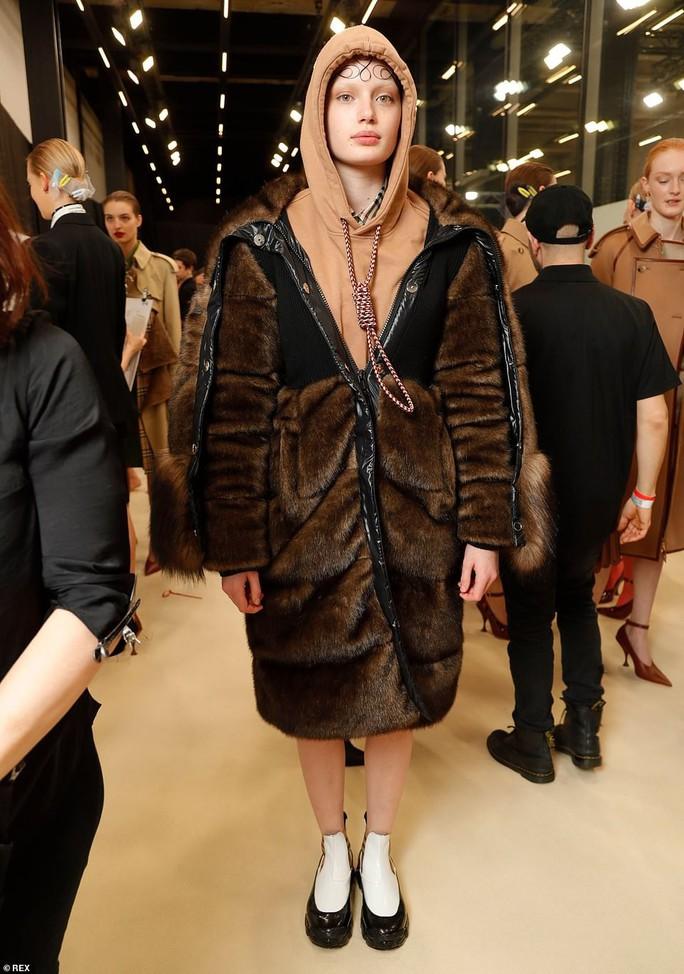Siêu mẫu Gigi Hadid với kiểu tóc lạ trên sàn diễn London - Ảnh 7.