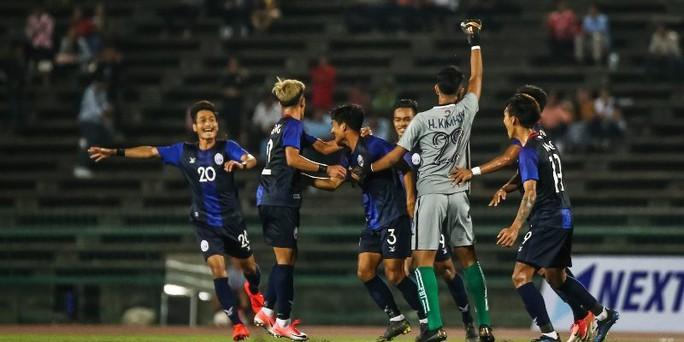 Clip: U22 Campuchia bất ngờ hạ Malaysia, đứng đầu bảng tử thần - Ảnh 3.