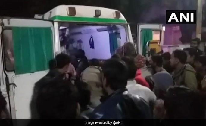 Xe tải lao trúng đám cưới, 28 người thương vong - Ảnh 1.