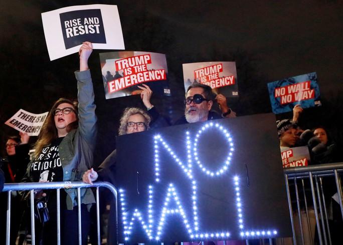 Liên minh 16 bang kiện ông Trump về tình trạng khẩn cấp quốc gia  - Ảnh 1.