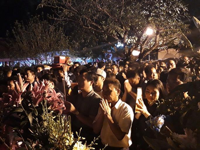 Cảnh vạn người chen nhau đến ngộp thở đêm khai ấn Đền Trần - Ảnh 4.