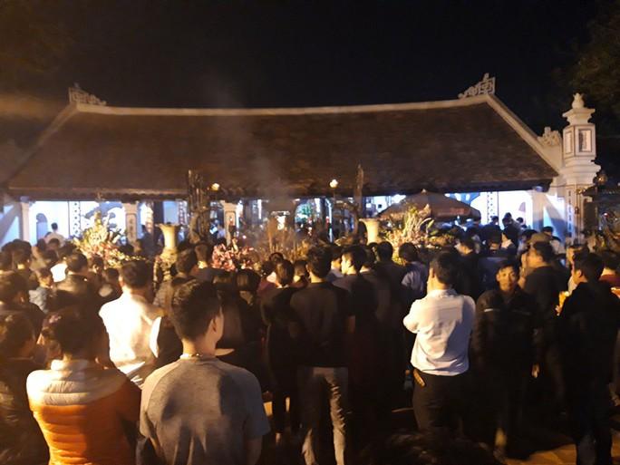 Cảnh vạn người chen nhau đến ngộp thở đêm khai ấn Đền Trần - Ảnh 10.