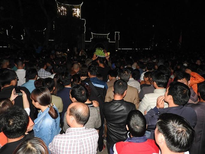Cảnh vạn người chen nhau đến ngộp thở đêm khai ấn Đền Trần - Ảnh 8.