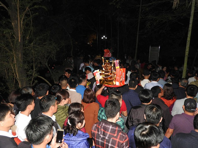 Cảnh vạn người chen nhau đến ngộp thở đêm khai ấn Đền Trần - Ảnh 7.