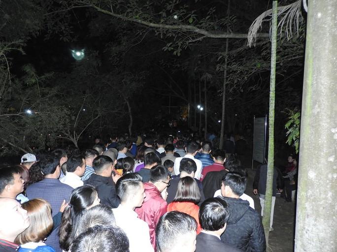Cảnh vạn người chen nhau đến ngộp thở đêm khai ấn Đền Trần - Ảnh 1.