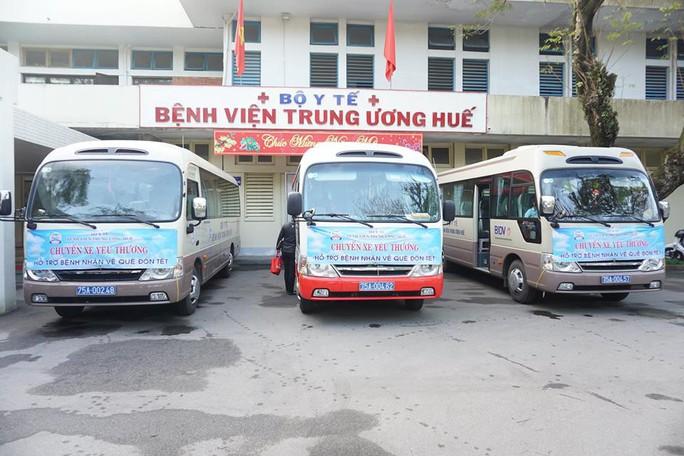 Tổ chức chuyến xe yêu thương cho người bệnh về quê ăn Tết - Ảnh 1.