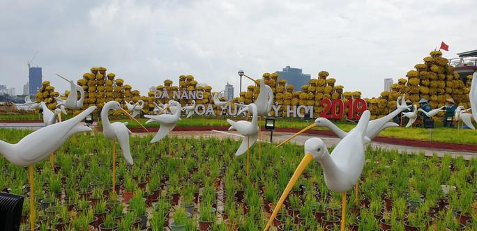 Cầu Vàng rực rỡ tại đường hoa Đà Nẵng - Ảnh 1.
