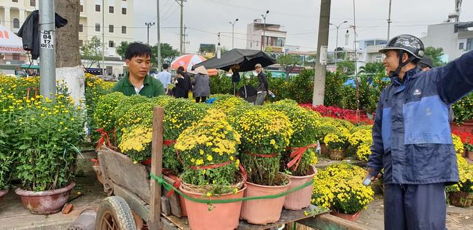 Đà Nẵng: Mai Tết đầy chợ, người mua thưa thớt - Ảnh 12.
