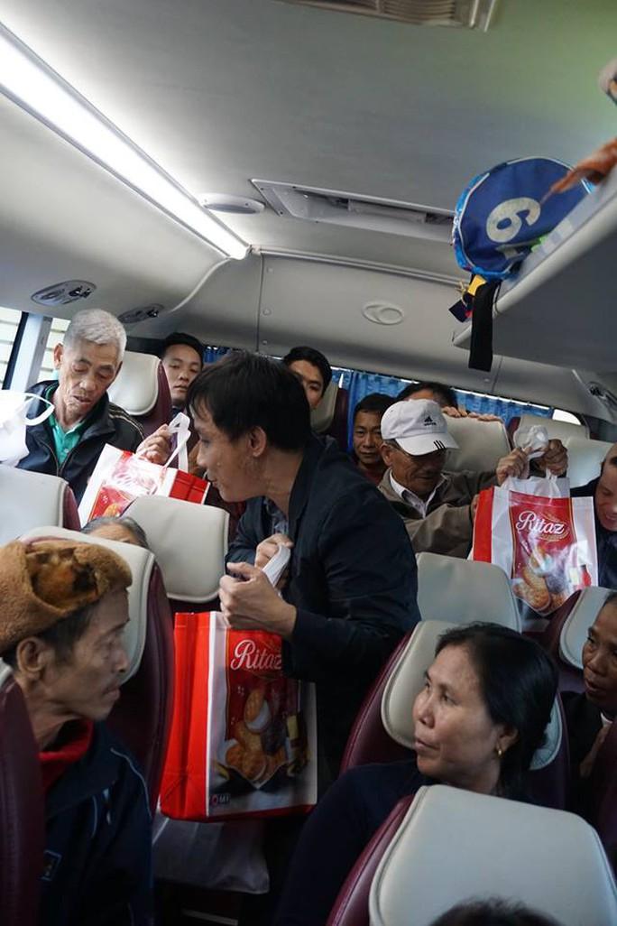 Tổ chức chuyến xe yêu thương cho người bệnh về quê ăn Tết - Ảnh 2.