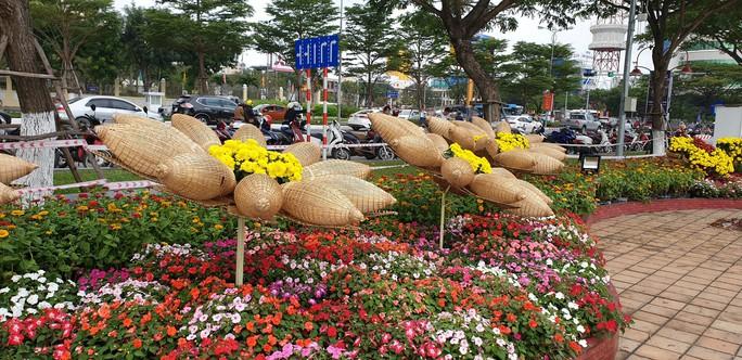 Cầu Vàng rực rỡ tại đường hoa Đà Nẵng - Ảnh 6.