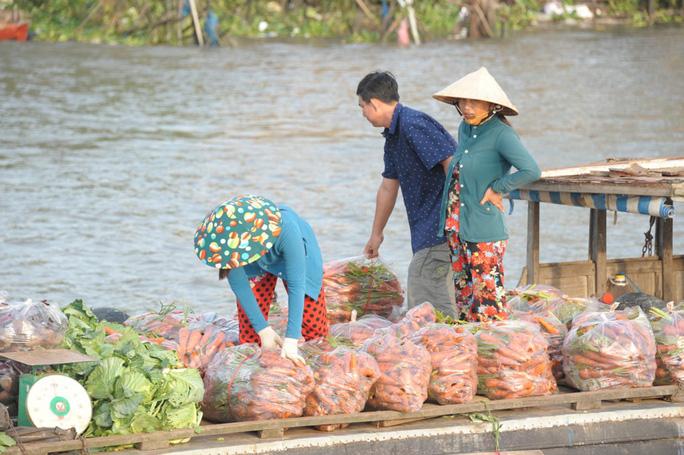 Chợ nổi lớn nhất miền Tây tấp nập nông sản những ngày giáp Tết  - Ảnh 23.