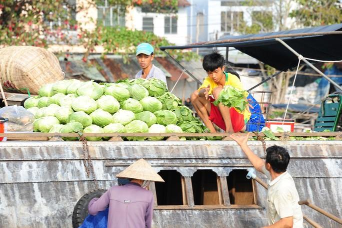 Chợ nổi lớn nhất miền Tây tấp nập nông sản những ngày giáp Tết  - Ảnh 20.