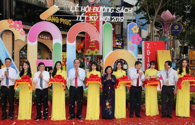Bìa báo xuân Báo Người Lao Động đoạt giải khuyến khích Lễ hội đường sách Tết Kỷ Hợi 2019 - Ảnh 1.