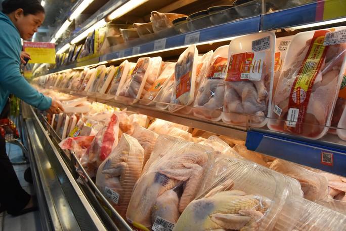 Người dân ùn ùn vào siêu thị sắm Tết, chợ truyền thống thưa vắng - Ảnh 5.