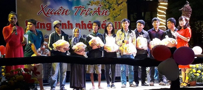 Chủ quán cà phê ở Ninh Thuận tặng quà Tết cho 650 người nghèo - Ảnh 1.