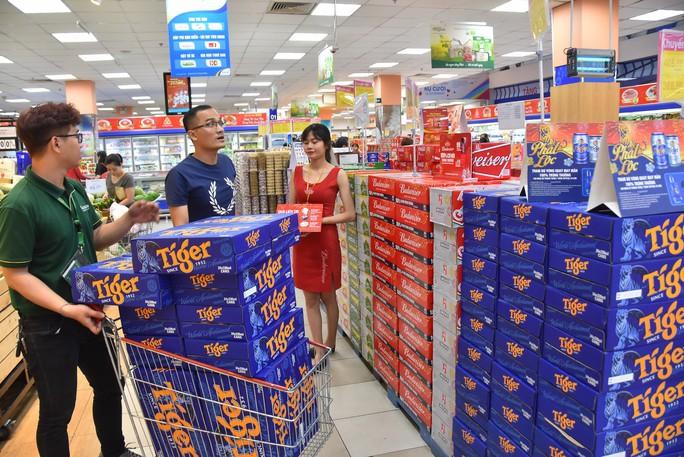 Người dân ùn ùn vào siêu thị sắm Tết, chợ truyền thống thưa vắng - Ảnh 10.