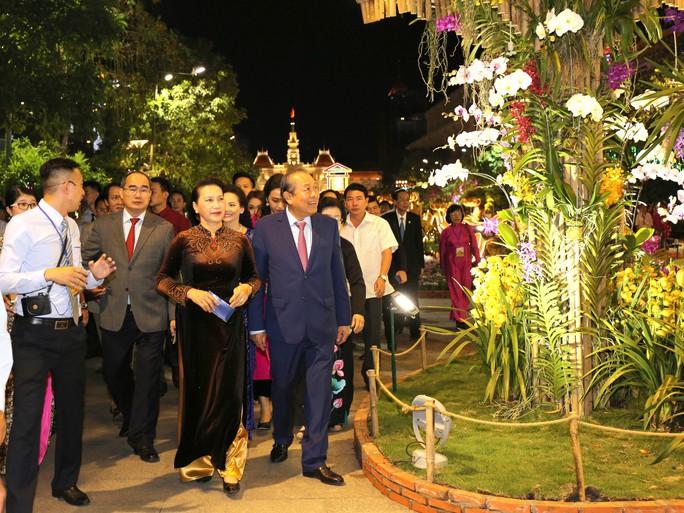 Chủ tịch Quốc Hội bỏ ống heo nghĩa tình ở đường hoa Nguyễn Huệ - Ảnh 8.