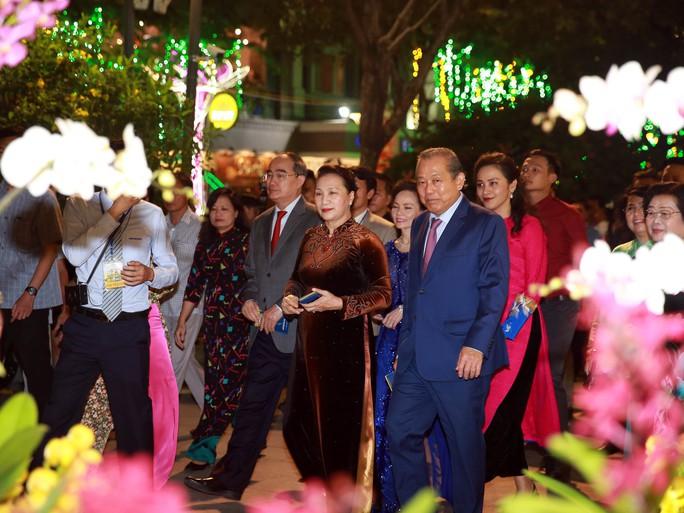 Chủ tịch Quốc Hội bỏ ống heo nghĩa tình ở đường hoa Nguyễn Huệ - Ảnh 7.