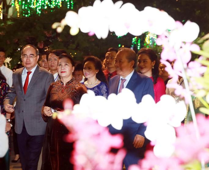 Chủ tịch Quốc Hội bỏ ống heo nghĩa tình ở đường hoa Nguyễn Huệ - Ảnh 6.