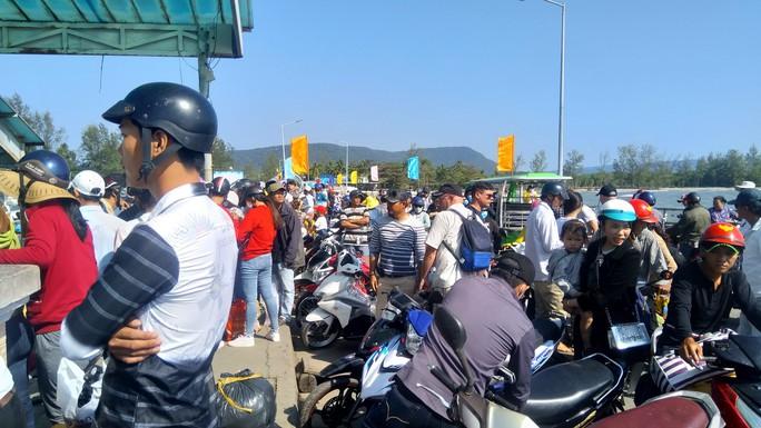 Người lao động chen chân xuống tàu cao tốc, rời đảo Phú Quốc - Ảnh 1.