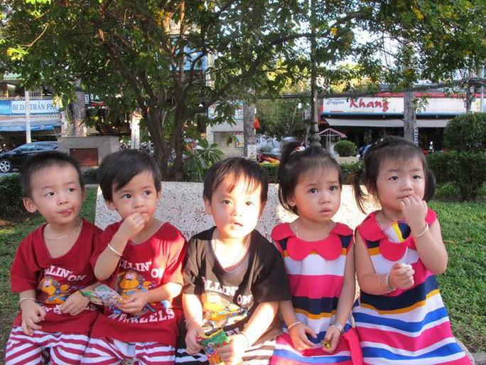 (gui ba hoi dong bai dang ngay 28 Tet)Ca sinh 5 đầu tiên ở Việt Nam bây giờ ra sao? - Ảnh 7.