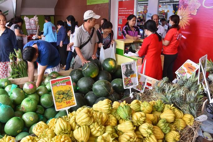 Người dân ùn ùn vào siêu thị sắm Tết, chợ truyền thống thưa vắng - Ảnh 6.