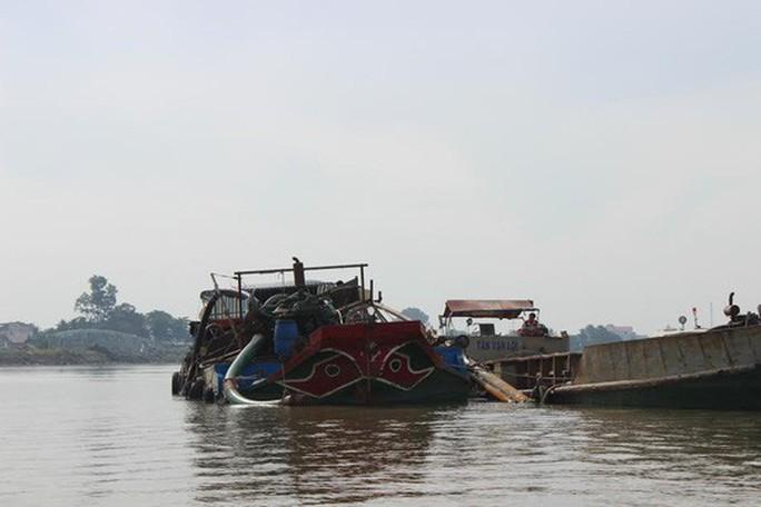 Cát tặc lợi dụng nghỉ Tết để hút cát trộm trên sông Đồng Nai - Ảnh 1.