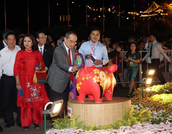 Chủ tịch Quốc Hội bỏ ống heo nghĩa tình ở đường hoa Nguyễn Huệ - Ảnh 4.