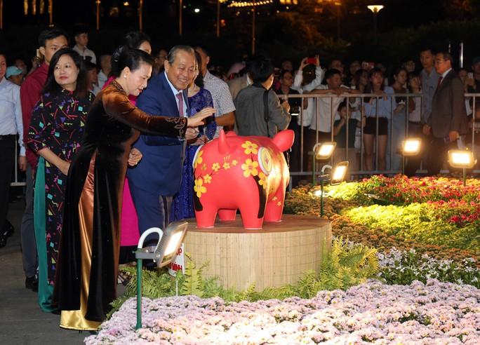 Chủ tịch Quốc Hội bỏ ống heo nghĩa tình ở đường hoa Nguyễn Huệ - Ảnh 3.