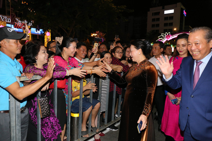 Chủ tịch Quốc Hội bỏ ống heo nghĩa tình ở đường hoa Nguyễn Huệ - Ảnh 5.