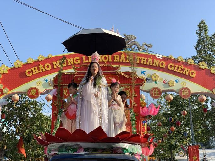 Rước kiệu Bà ở Bình Dương: Mỹ nhân đầy phố, Tề Thiên nhảy tưng bừng - Ảnh 5.