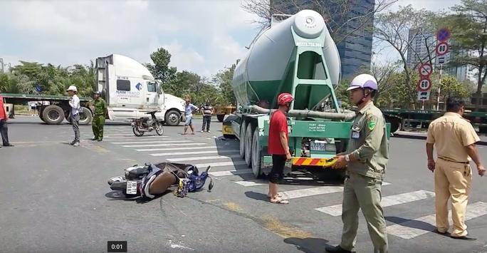 Trên đường về nhà trọ, người phụ nữ bị xe đầu kéo cuốn vào gầm - Ảnh 1.