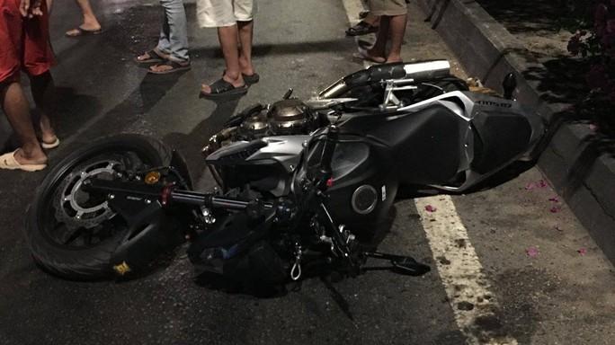 Tông vào xe container, một thanh niên chạy mô tô phân khối lớn thiệt mạng - Ảnh 2.